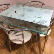 Отдам бесплатно кухонный стол и стулья, в Москве