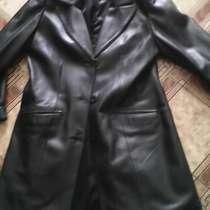 Продам натуральный кожанный плащ, черный. размер 46-48, в Новосибирске
