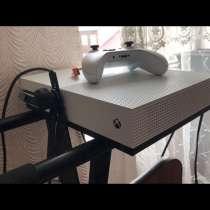 Xbox one s 500 gb 2 контроллера и 2 игры, в Черкесске