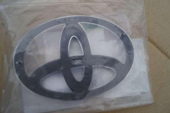 Эмблема задней крышки багажника Тойота РАВ-4