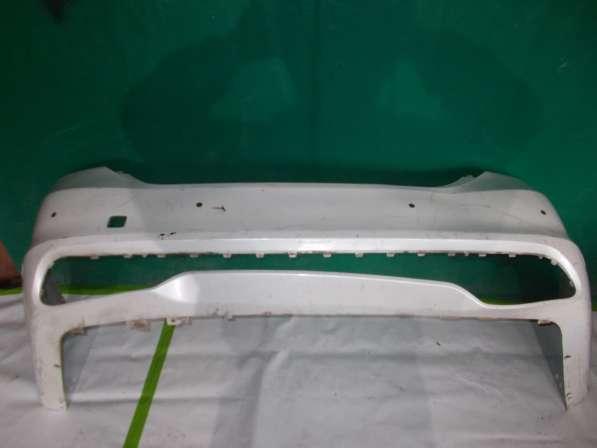 Задний бампер на Kia Quoris (белого цвета)