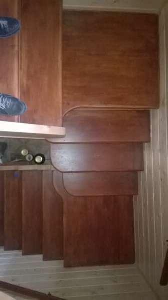 Изготовленные лестниц из массива в
