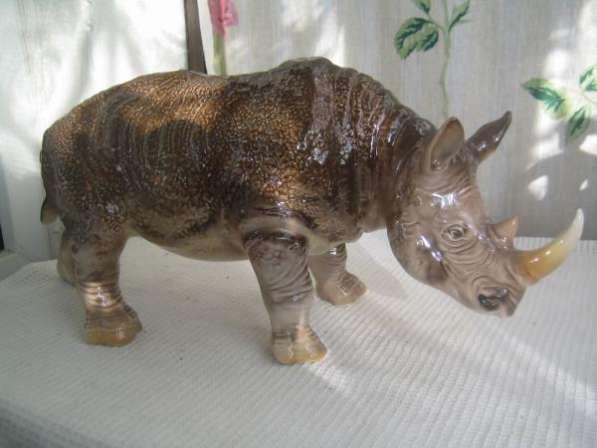 Фарфоровую статуэтку-Носорог-