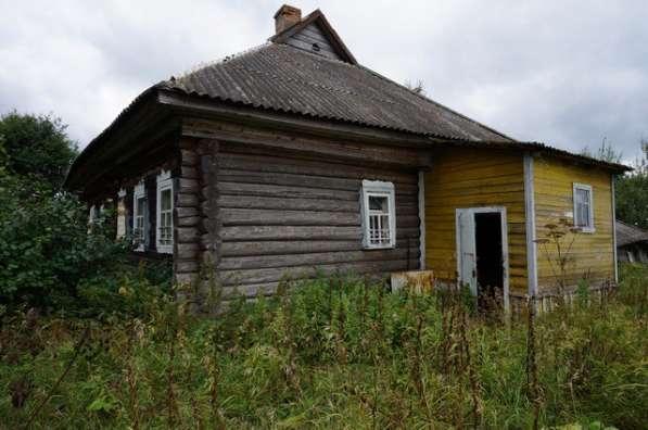 Бревенчатый дом в тихой деревне, недалеко от речки