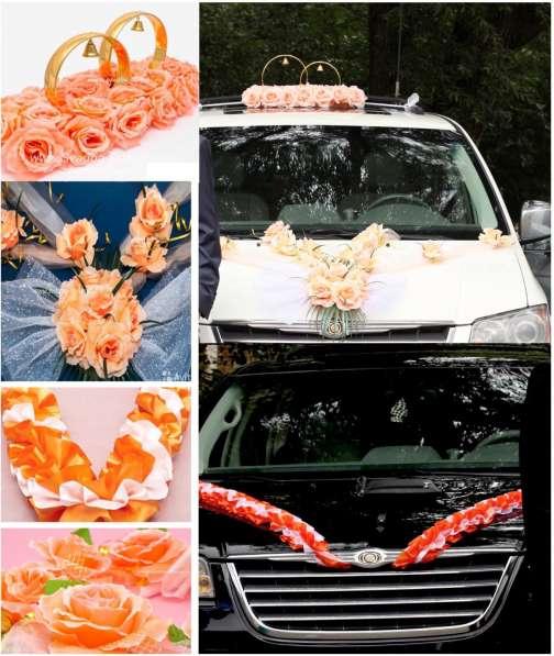 Свадебные украшения на автомобиль: кольца, ленты, розы