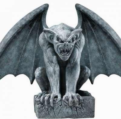скульптура Горгульи из металла.