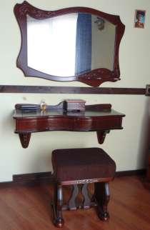 Туалетный столик с зеркалом и пуфиком, в Сочи