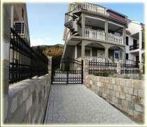 Дом с 3 отдельными квартирами в Тивате, в г.Тиват