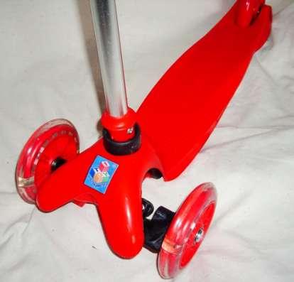 Самокат трехколесный со светящимися колесами красный новый
