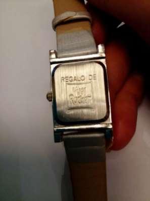 Часы на серебристом ремешке