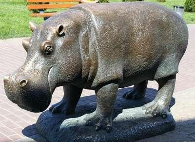 скульптура бегемота из металла