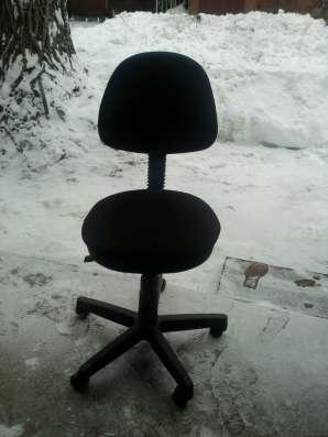 Компьютерный стол, холодильник, офисные кресла 2 шт. в Саратове Фото 3