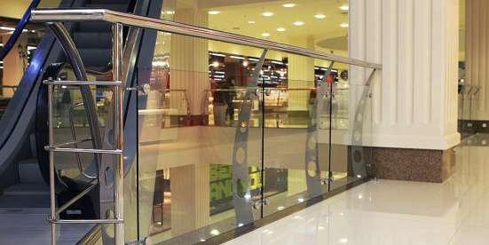 Ограждения из стекла на стойках, с поручнем