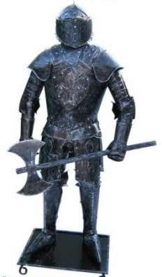Скульптуры средневековых рыцарей из металла