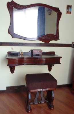 Туалетный столик с зеркалом и пуфиком