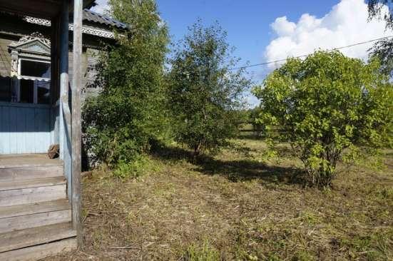 Бревенчатый рубленый дом на фундаменте, в тихой деревне