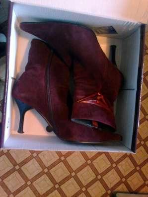 Женскую одежду и обувь