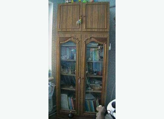 Книжный шкаф коричневого цвета